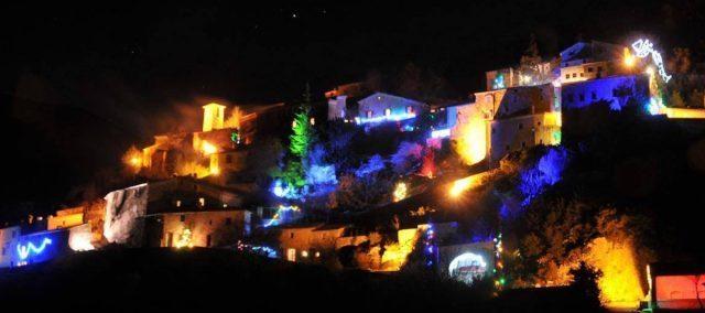 Romantische verlichting in Brantes rond kerst en oud en nieuw, in de buurt van Résidence Château Ferrassières